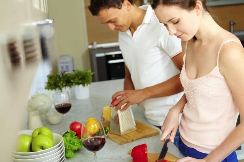 Совместное приготовление ужина сближает супругов